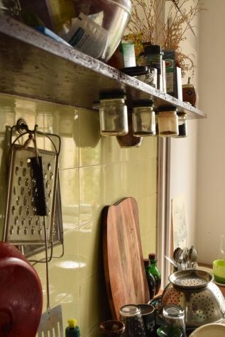Das Stilgespräch hat in Charlottes WG-Küche stattgefunden, die aus einem Mischmasch von praktischer Einrichtung zum einen (siehe das Regal im Hintergrund des nächsten Bildes) und aus ziemlich fancygen DDR-Möbeln zum anderen besteht.