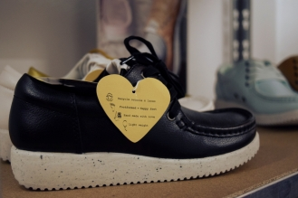 """Denim Project ergänzt seinen Jeanslook mit Schuhen der Marke """"Nature"""", da sie """"foodformed"""" sind, sprich nach der Form unserer Füße, für einen gesunden Tragekopmfort designt. Die Sohle der Schuhe besteht aus recycelten Materialien. Die Schnürsenkel werden aus Plastikflaschen gemacht. """"Die ganze Welt rennt in Schuhen umher, die nicht der Form ihrer Füße angepasst sind. Es muss ja nicht jeder gerade dieses Modell mögen, aber ich finde es komisch, dass die Leute diese Schuhe sehen und sagen 'oh, die sind geformt wie Füße', und dabei ihre eigenen Gewohnheiten nicht hinterfragen."""", meint Jesper."""