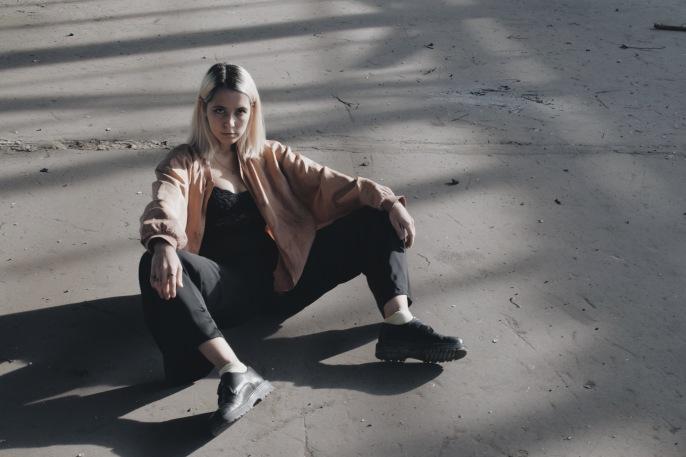 Das Outfit ist bei Modefotografie ebenfalls so eine Sache. Ihr könnt prinzipiell natürlich tragen was ihr wollt. Achtet nur darauf, dass euer Look stimmig ist. Vor allem, was die Farben anbelangt. // Foto: Marina Schuberth