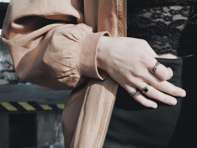 Es kommt jedoch nicht nur auf die Qualität der Kamera an. Die richtige Inszenierung eurer Fashion Fotos wird euch ein großes Stück weiter bringen, wenn es darum geht, eindrucksvolle Bilder zu schießen. // Foto: Marina Schuberth
