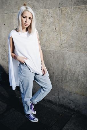Mach dich nicht krum, nur um Bein zu zeigen. Wenn dir kalt wird, zieh dir einfach Jeans an. Mit einem lockeren Kleid sieht das glatt gewollt aus.