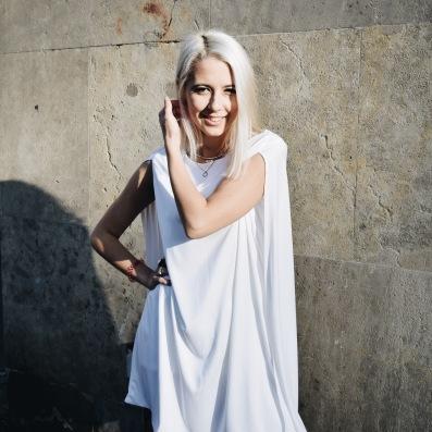 Nachhaltigkeit wird bei Jan n' June groß geschrieben. Das weiße Kleid besteht aus 100% recyceltem Polyester.